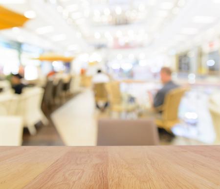 mostradores: Mesa de madera y desenfoque de fondo restaurante Foto de archivo