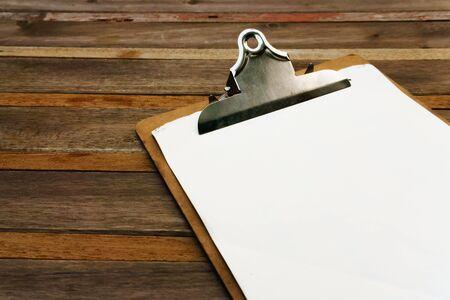 speisekarte: Blank Clip auf Men� auf Holzuntergrund Lizenzfreie Bilder