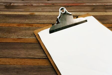 the clipboard: El clip en blanco en el menú sobre fondo de madera