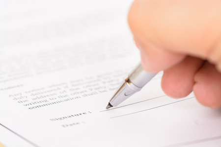 firmando: La firma de formulario de contrato