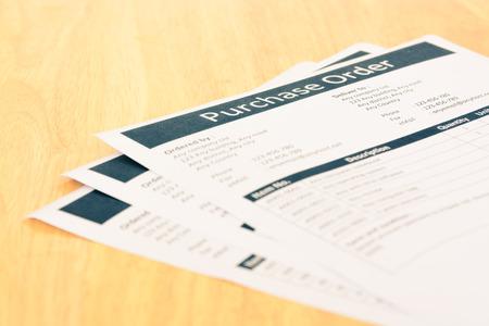 orden de compra: Formulario de pedido de compra de documentos en mesa de madera