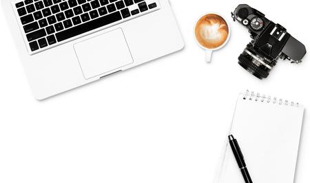 Vista superior espacio de trabajo blanco con la cámara de café de ordenador bloc de notas lápiz