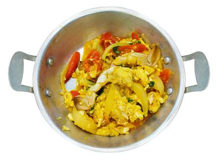 steel pan: cangrejo frito amarillo curry en polvo en el molde de acero aislado en el fondo blanco Foto de archivo