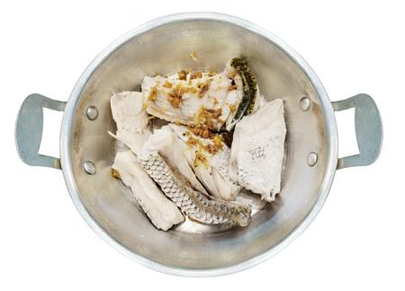 steel pan: pargo fresco cocinado al vapor en una olla de acero aisladas sobre fondo blanco