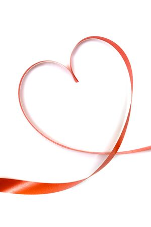 forme: rouge en forme de coeur de ruban isolé sur fond blanc