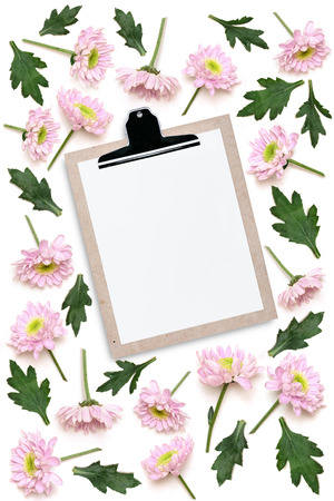 Cork wood note pad clip board  with flower isolated on white background Imagens