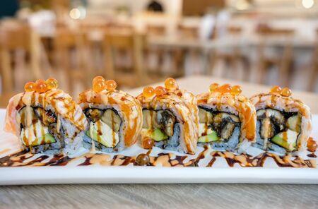 Salmon sushi roll Imagens - 86250518