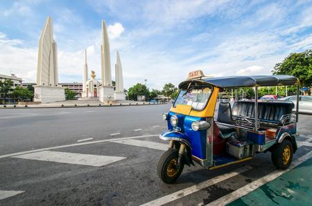 Blue Tuk Tuk, Thai traditional taxi in Bangkok Thailand. Banco de Imagens - 80485854