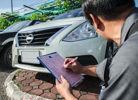 Transport- und Besitzkonzept - Mann mit Autodokumenten draußen