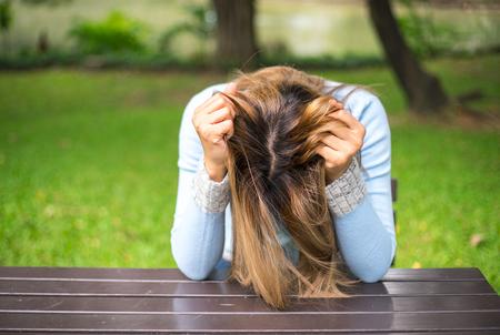 グラス不安強調した表情でクローズ アップ肖像画悲しい若い女性は分離不安障害、adhd 強迫性。ビジョン化ひずみ問題