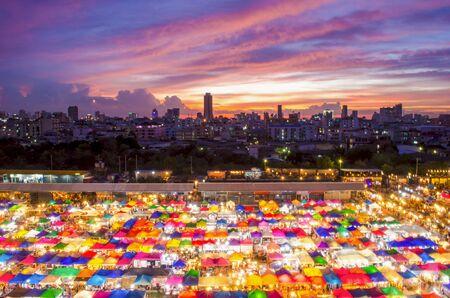 Multi-gekleurde tenten  verkoop van tweedehands markt in Bangkok