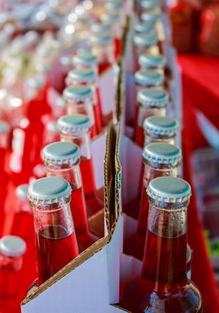 gaseosas: Primer plano de botellas de refrescos variados