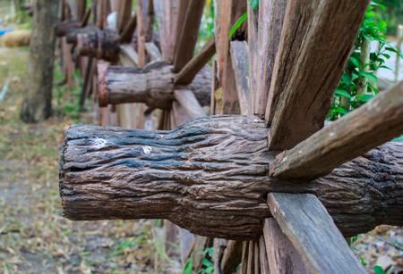 carreta madera: rueda de carro de madera en el jardín