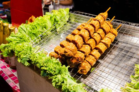 Jock fried chicken skewers pointed decorated with vegetable put on tray. Thai street food easy and convenient. Select focus. Standard-Bild