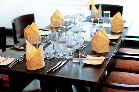 Tischdekoration in Hochzeitsdekoration, Serviertisch im Restaurant mit Weingläsern und Besteck. Tisch serviert für Hochzeitsbankett. Sitzordnung bei Tisch