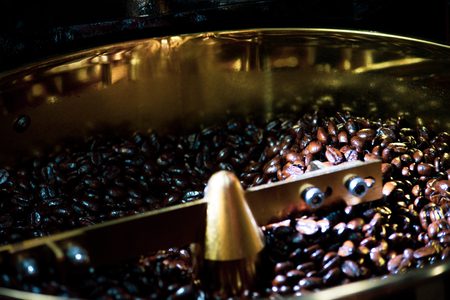 Roasted coffee in coffee roaster, Machine for roasting coffee close up, bean roasting Banque d'images