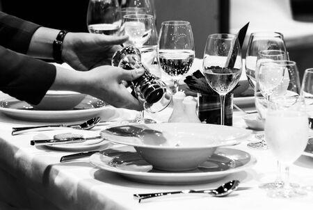 Tischservice in einem gehobenen Restaurant, Kellner serviert Gerichte an den Tisch