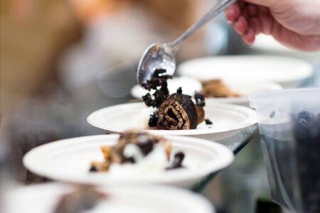Chef cuisinant, Chef préparant la nourriture dans la cuisine, Chef décorant le plat, plan rapproché