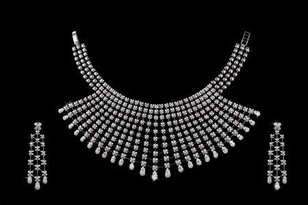 aretes: Collar de diamantes sobre fondo negro oscuro con orejeras  Foto de archivo