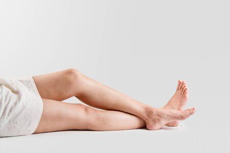 jolie pieds: Deux femmes avec de belles jambes pieds sains isolés sur fond blanc