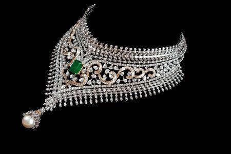 collares: Primer plano de collar de diamantes sobre fondo negro Foto de archivo