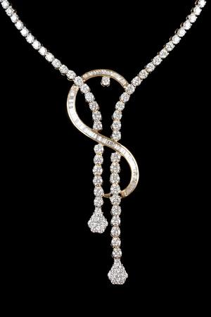diamante negro: Primer plano de collar de diamantes sobre fondo negro Foto de archivo