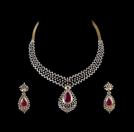 collares: Cierre para arriba del collar de diamante en fondo negro con el anillo de o�do del diamante