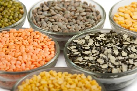 렌즈 콩: 곡물 펄스 그리고 흰색에 고립 된 그릇에 콩 스톡 사진