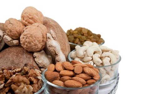 frutos secos: Recolecci�n de mezcla de frutos secos en un taz�n de vidrio aislado m�s de blanco