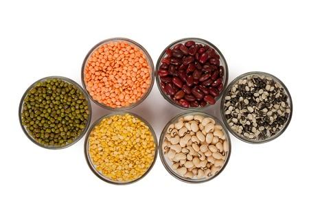 lentils: Pulsos de granos y frijoles en un recipiente aislado en blanco sobre