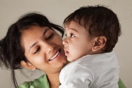 ninos indios: Feliz madre india y el beb� jugando unos con otros