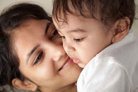 mama e hijo: Feliz madre india y el beb� jugando unos con otros
