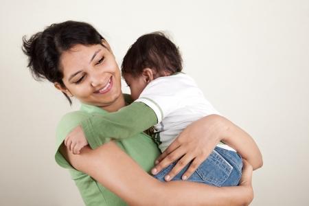ninos indios: Feliz madre india y el beb� jugando entre s�