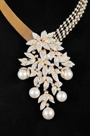 edelstenen: Close-up van diamanten halsketting met Perl op zwarte achtergrond Stockfoto