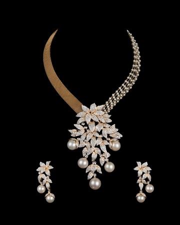 gemstones: Close-up van diamanten halsketting op zwarte achtergrond met diamanten oorring Stockfoto