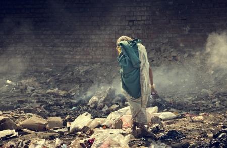 pobreza: La contaminaci�n y la pobreza ind�gena comida vieja hembra b�squeda de s� misma en la basura,