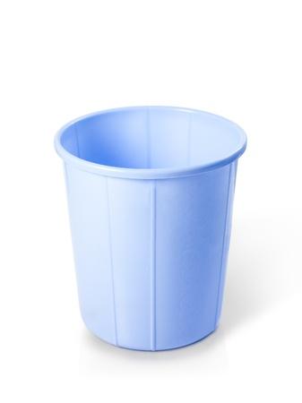 cesto basura: Cubo de basura plástico aislado sobre fondo blanco