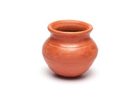 ollas de barro: Primer plano de la olla de barro suave sobre fondo blanco