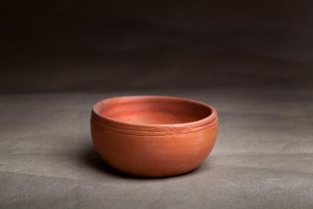 ollas de barro: Primer plano de la olla de barro suave sobre fondo gris