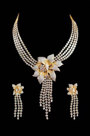 collares: Cierre de collar de diamantes en fondo negro con el anillo de o�do del diamante
