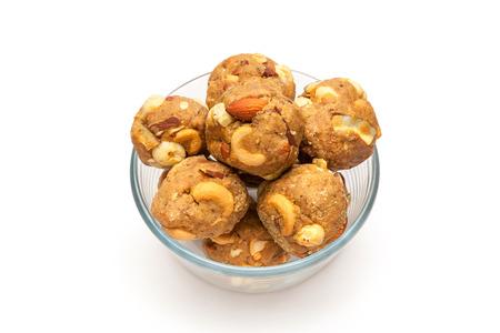 frutas secas: India casera dulce frutos secos laddoo en recipiente de vidrio Foto de archivo