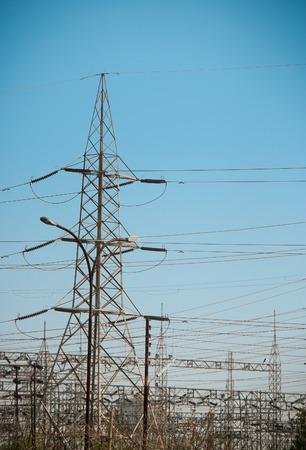torres el�ctricas: Las torres de electricidad con un cielo azul en la noche