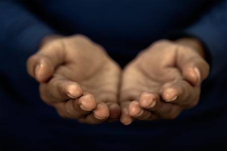 manos sucias: Dos manos sucias de una persona pobre en posici�n de oraci�n