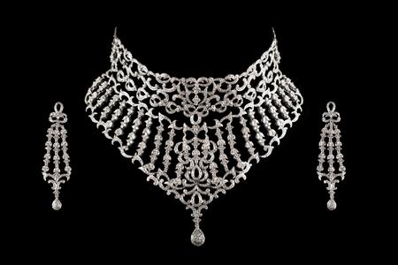 diamantina: Cierre para arriba del collar de diamante en fondo negro con pendientes de diamantes.