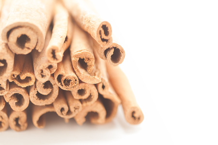 cannelle: Artistic view of Raw Organic Cinnamon sticks (Cinnamomum verum) isolated on white background.