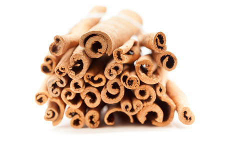 cannelle: Top front view of Raw Organic Cinnamon sticks (Cinnamomum verum) bundle tied up with thread. Stock Photo