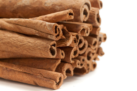 cannelle: Raw Organic Cinnamon sticks (Cinnamomum verum) isolated on white background. Front side view.