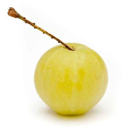 grosella: grosella espinosa india orgánica o Amla (Phyllanthus emblica) aislado en el fondo blanco.