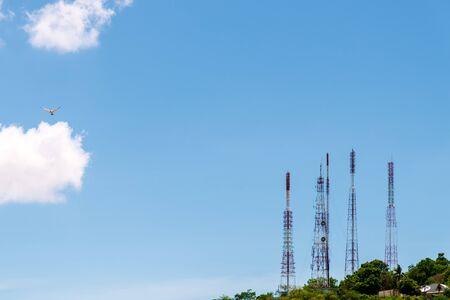 Telekommunikationsturmantenne und Satellitenschüssel auf dem Berg