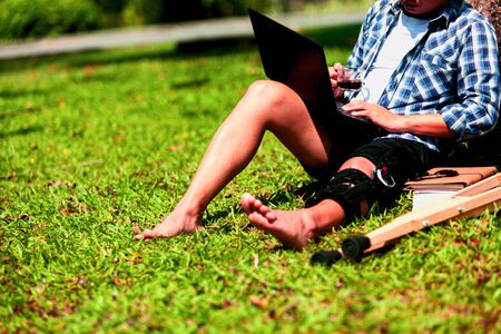 Patients undergoing knee surgery Take after surgery. Relax in the garden. Read the news via the internet. Use the computer to work. Relaxation for physical therapy.